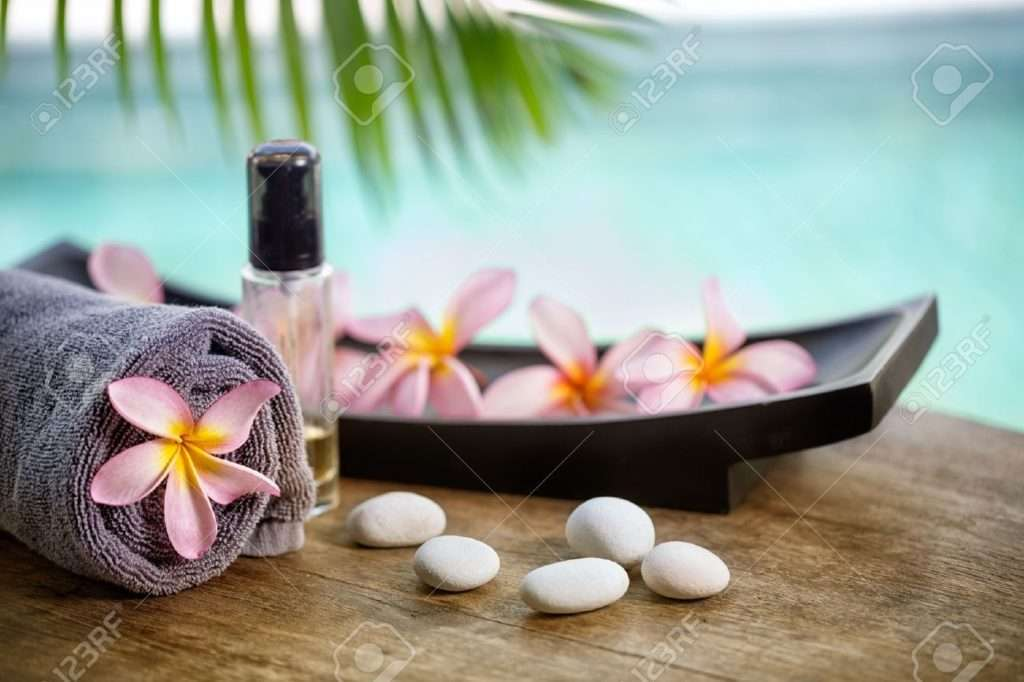 38595152-balinese-spa-setting-pink-frangipani-with-aromatherapy-oil-1024×682